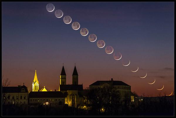 هلال ماه در حال غروب در آسمان شامگاهی در کلیسایی در مجارستان.عکس از:Tamas Ladanyi