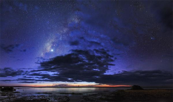 راهشیری و سیارهی زهره در گرگ و میش شامگاهی برفراز دریاچهی تورکانا،کنیا.عکس از:Babak A. Tafreshi