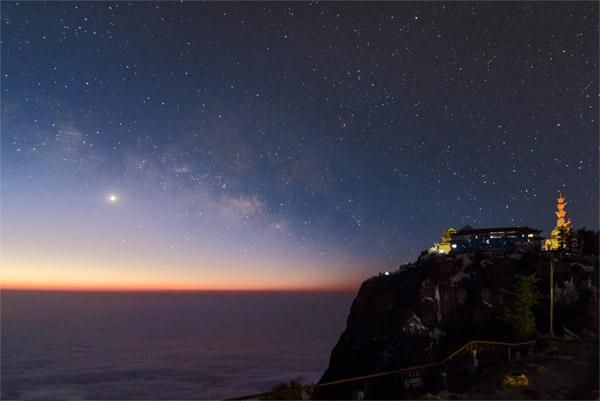کوه Emei برای نمای بینظیر طلوع خورشید و همچنین بناهای ظریفش مشهور است.هر صبح،صدها نفر برای تماشای طلوع خورشید به این نقطه میآیند.عکس از:Xiaoshan Huang