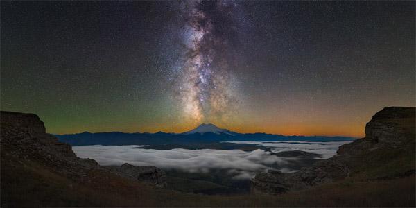 راهشیری کاملا در بالای کوه Elbrus ایستادهاست.این نما در نیمهشب و درست پس از غروب خورشید در منطقهی قفقاز ثبتشدهاست.عکس از:Boris Dmitriev
