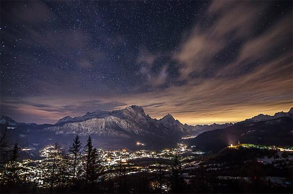 شهر کورتینا دامنههای کوههای اطراف را کاملا روشنکردهاست.عکس از:Giorgia Hofer