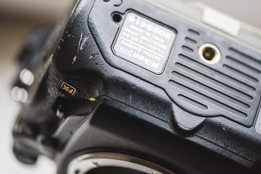 خط و خش روی بدنهی دوربین عکاسی